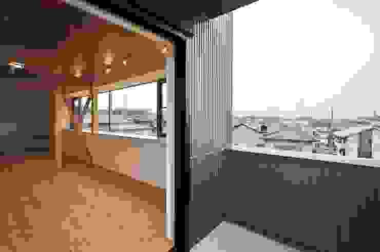 ベランダ: 若山建築設計事務所が手掛けたテラス・ベランダです。