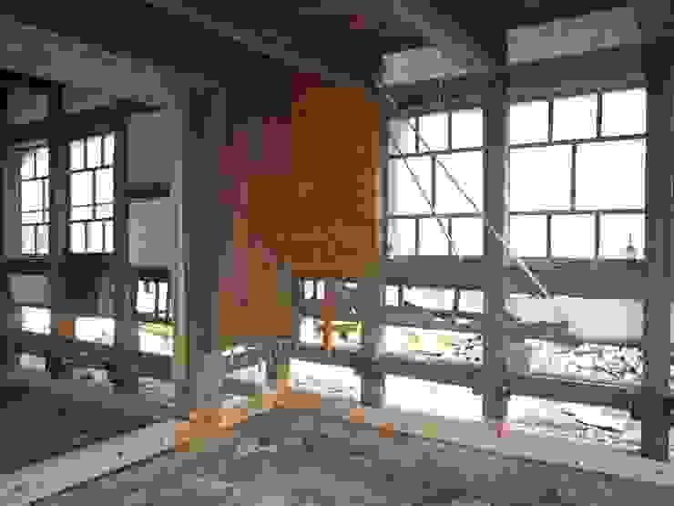 工事中の様子/土台の交換: 兵藤善紀建築設計事務所が手掛けたクラシックです。,クラシック