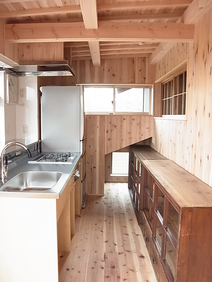 キッチンとお気に入りの古家具を食器棚に の 総合建築植田