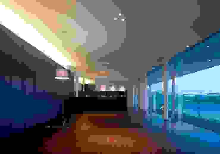 wada house モダンデザインの リビング の 髙岡建築研究室 モダン