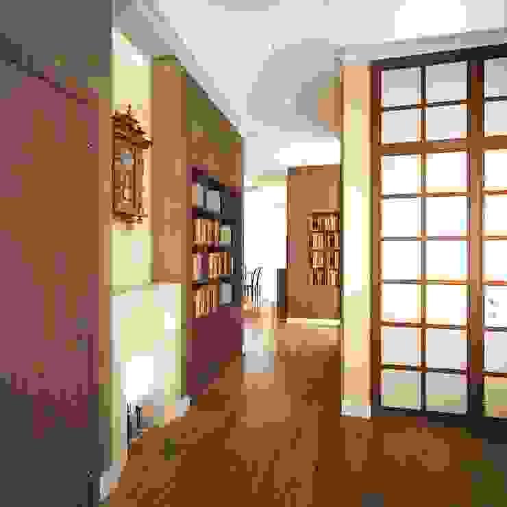 квартира на Удальцова Коридор, прихожая и лестница в классическом стиле от ООО 'Студио-ТА' Классический