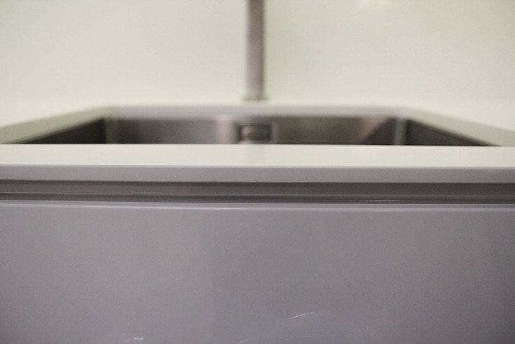Blat pocieniony do 8mm z konglomeratu kwarcowego Vega Nowoczesna kuchnia od GRANMAR Borowa Góra - granit, marmur, konglomerat kwarcowy Nowoczesny