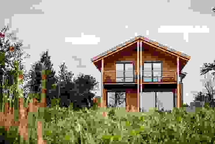 Moderner Landhausstil - Fassade und Balkon aus Douglasie Moderner Balkon, Veranda & Terrasse von architektur. malsch - Planungsbüro für Neubau, Sanierung und Energieberatung Modern