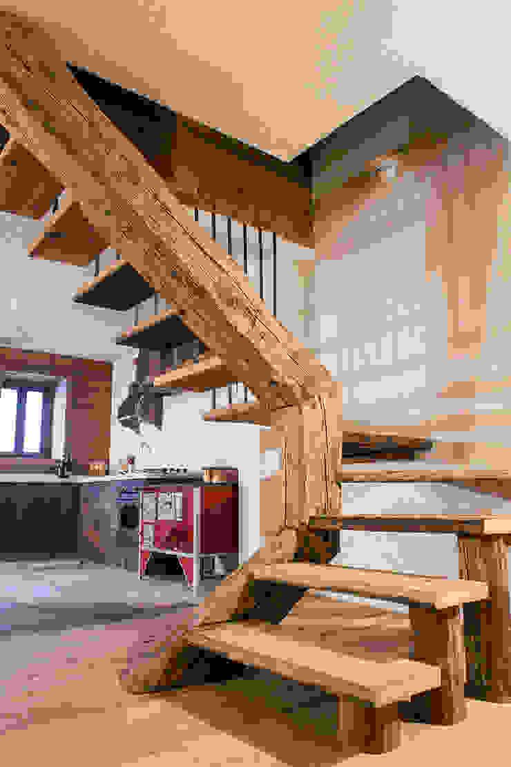 Chalet Ingresso, Corridoio & Scale in stile rustico di RI-NOVO Rustico