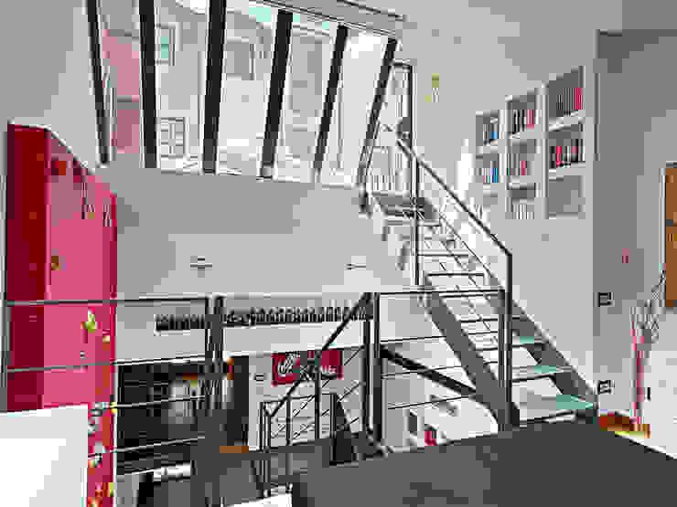 Abitazione su più piani Ingresso, Corridoio & Scale in stile moderno di D3 Architetti Associati Moderno