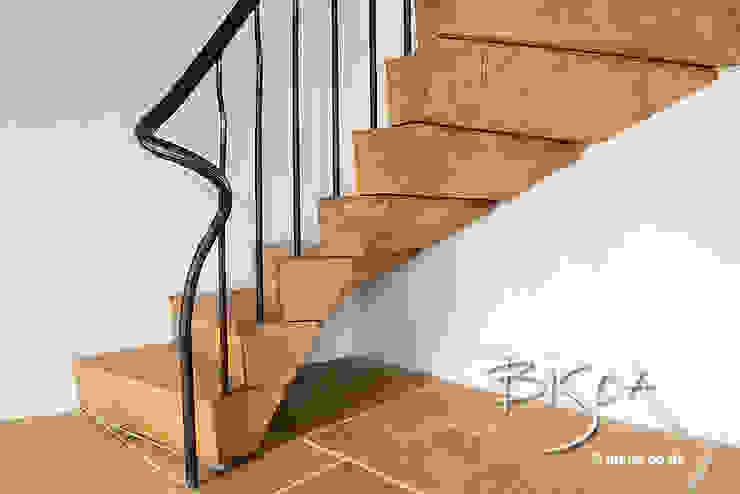 Pasillos y recibidores de estilo  por Bisca Staircases