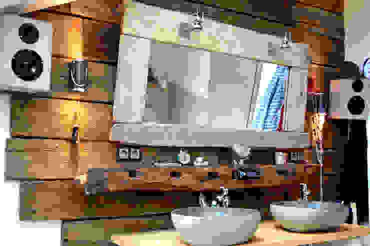 Waschbecken aus Stein, ausgefallene Wandverkleidung aus alten Eichenholzbrettern von architektur. malsch - Planungsbüro für Neubau, Sanierung und Energieberatung Ausgefallen