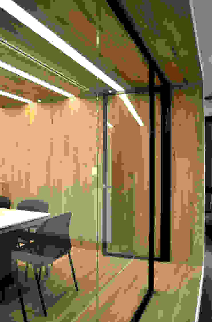 Sala de juntas con madera y detalle de iluminación en Newmat de DF ARQUITECTOS Moderno