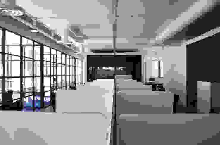 Área abierta de DF ARQUITECTOS Moderno
