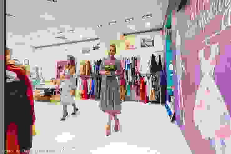 Цветная грифельная стена в шоу-руме UNO-fashion Торговые центры в эклектичном стиле от IdeasMarket Эклектичный