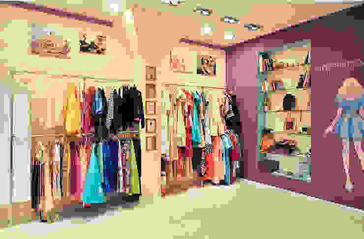 Цветная грифельная стена в шоу-руме UNO-fashion Офисы и магазины в эклектичном стиле от IdeasMarket Эклектичный