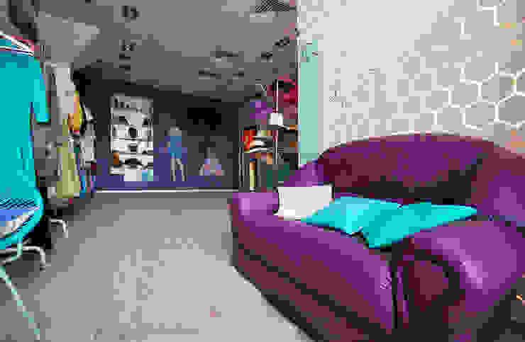 Цветная грифельная стена в шоу-руме UNO-fashion Выставочные павильоны в эклектичном стиле от IdeasMarket Эклектичный