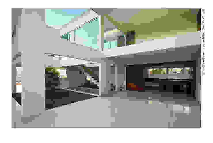 Vista pátio interno com jabuticabeira Casas modernas por homify Moderno