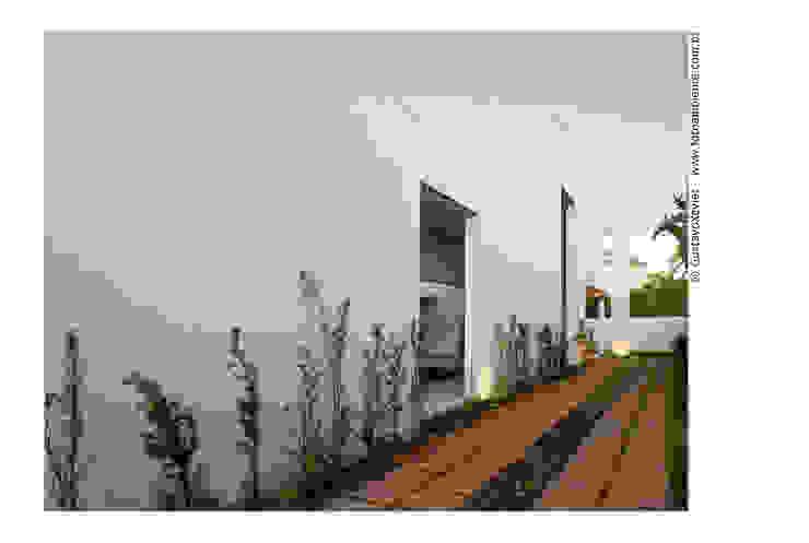 Fachada lateral direita - acesso para a garagem Casas modernas por homify Moderno
