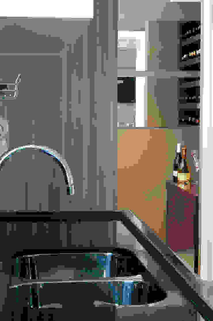 Adega integrada a cozinha/espaço gourmet Cozinhas modernas por Flavia Caldeira Bruno Arquitetura e Interiores Moderno