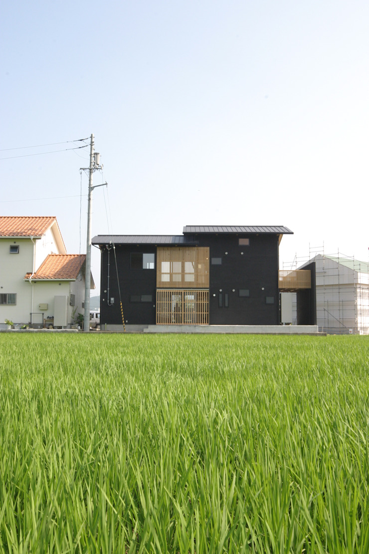 Eclectic style houses by 上野貴建築研究所 Eclectic