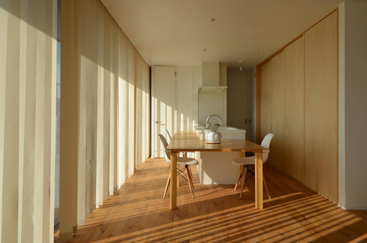 Minimalist kitchen by 富田健太郎建築設計事務所 Minimalist Wood Wood effect
