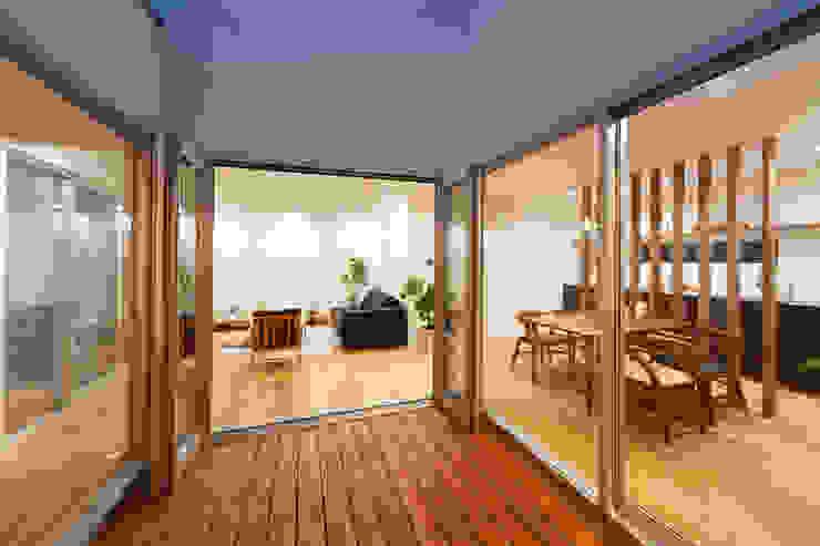 Terrace by 株式会社 T.N.A, Modern