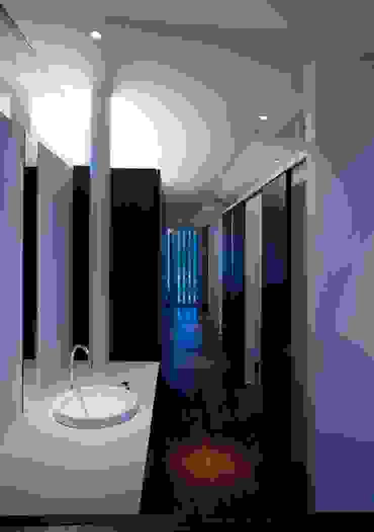 wada house モダンスタイルの 玄関&廊下&階段 の 髙岡建築研究室 モダン