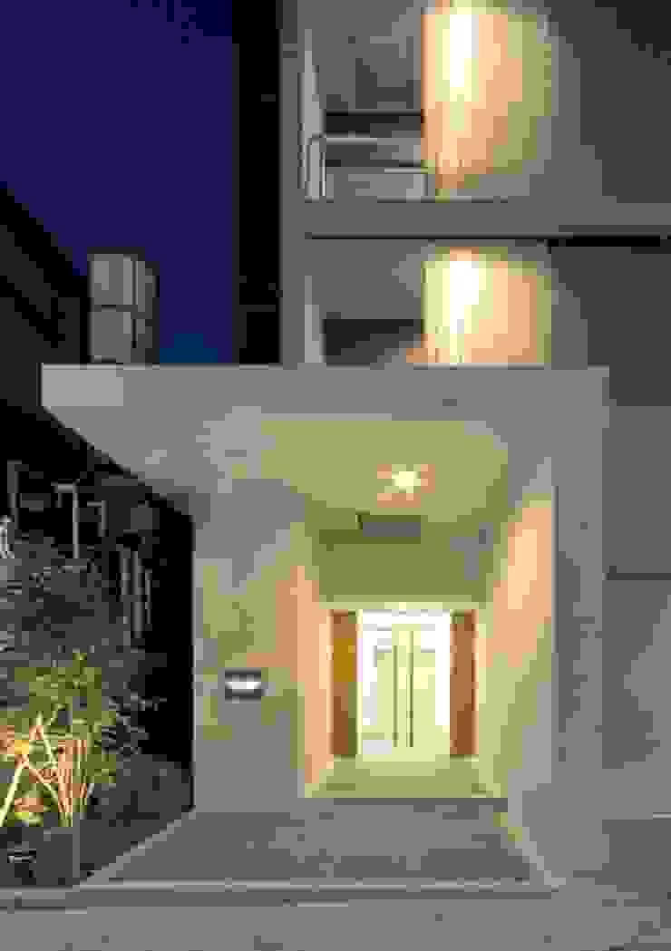 アプローチ夕景 モダンな 家 の 有限会社笹野空間設計 モダン