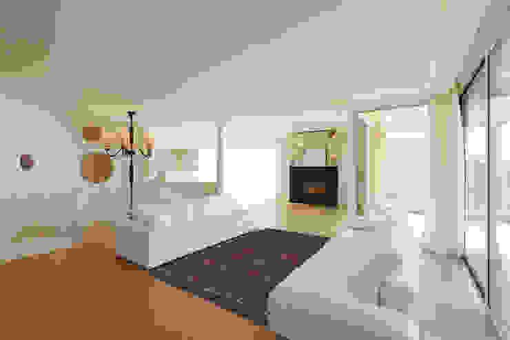 Diamonds Pale Ruby Interior: modern  door louis de poortere, Modern