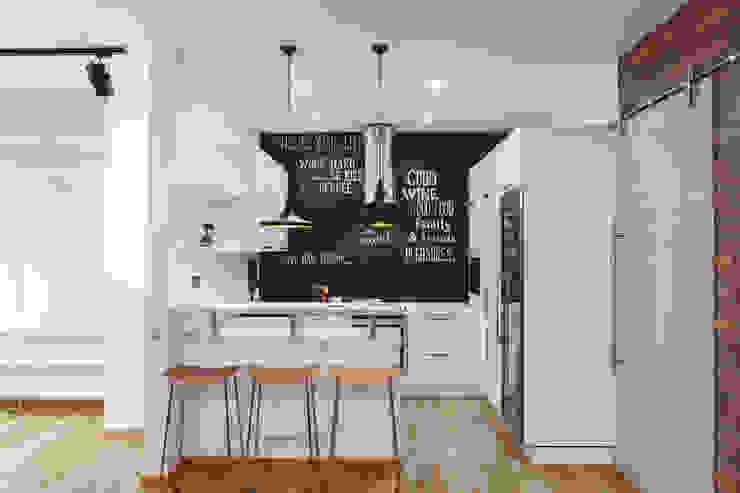 Кухонная зона в апартаментах в стиле лофт Кухня в скандинавском стиле от IdeasMarket Скандинавский