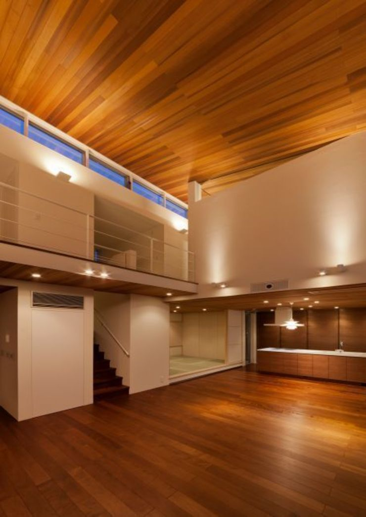 リビングからキッチン モダンデザインの リビング の 有限会社笹野空間設計 モダン