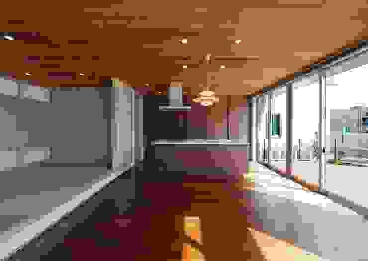 リビングからキッチンを見る モダンデザインの ダイニング の 有限会社笹野空間設計 モダン 木 木目調