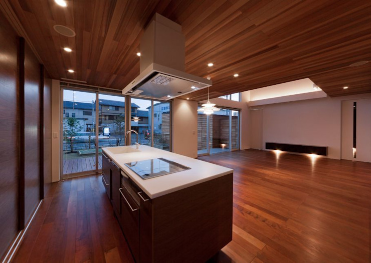 キッチンからリビングを見る の 有限会社笹野空間設計 モダン 木 木目調