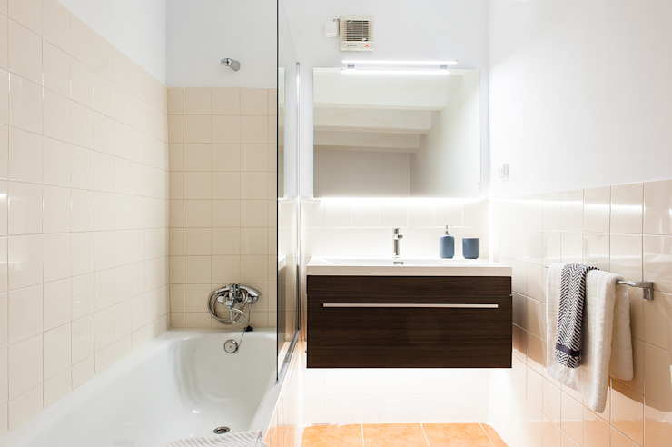 Minimal style Bathroom by Markham Stagers Minimalist