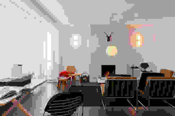 Salones de estilo moderno de JUMA architects Moderno