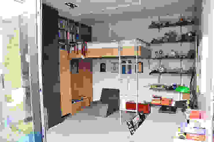 woonhuis in voormalige garage: modern  door Tijmen Ploeg Architecten, Modern