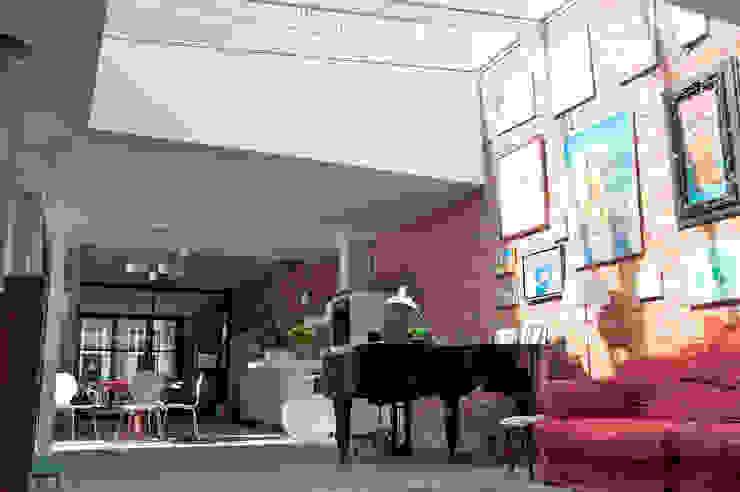 voormalige garage verbouwd tot woonhuis: modern  door Tijmen Ploeg Architecten, Modern