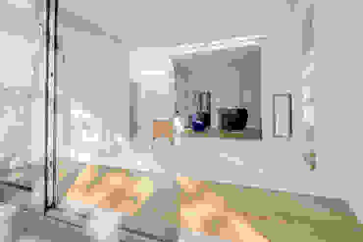 Restauratie en verbouw van voormalig Gemeentehuis Oudenrijn, De Meern Moderne woonkamers van op ten noort blijdenstein architecten Modern