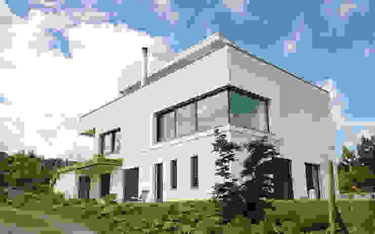 Nord-Osstfassade Moderne Häuser von e s a Modern