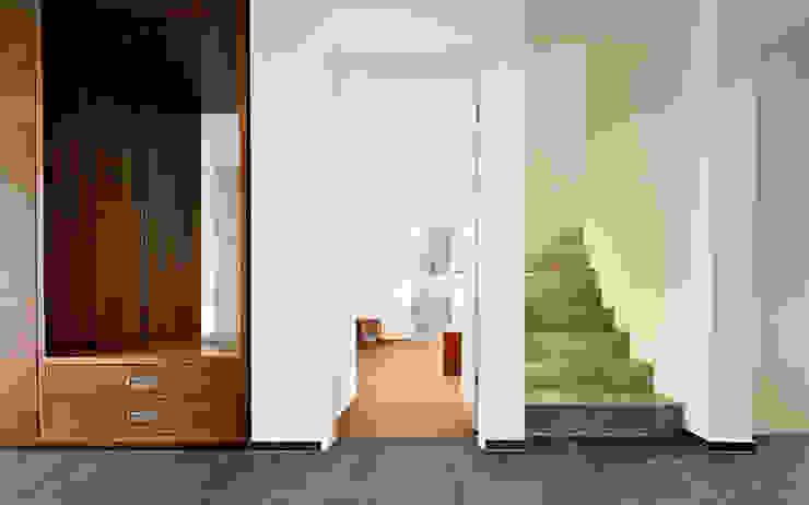 Eingangsbereich im EG Moderner Flur, Diele & Treppenhaus von e s a Modern