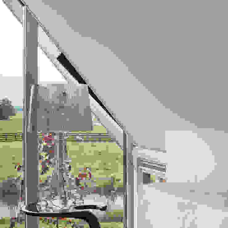 Het landschap door de ramen van de slaapkamer Moderne slaapkamers van MEF Architect Modern