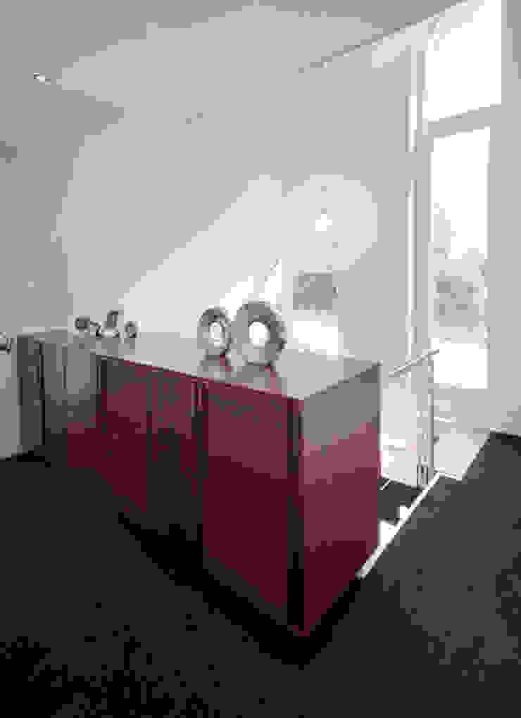 Modern binnen traditionele grenzen Moderne gangen, hallen & trappenhuizen van MEF Architect Modern