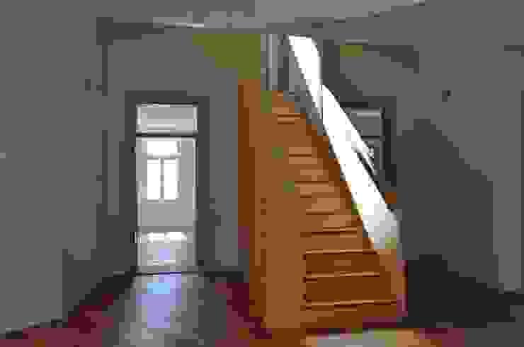 Treppe als verbindendes Herzstück Rustikaler Flur, Diele & Treppenhaus von mmarch gmbh - Mader Marti Architektur ETH SIA Rustikal
