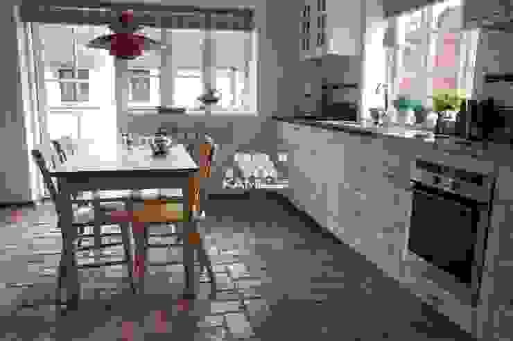 Lubelska - Białe meble to idealne połącznie z podłogą z cegły. Rustykalna jadalnia od Kamstar Krzysztof Fertała Rustykalny