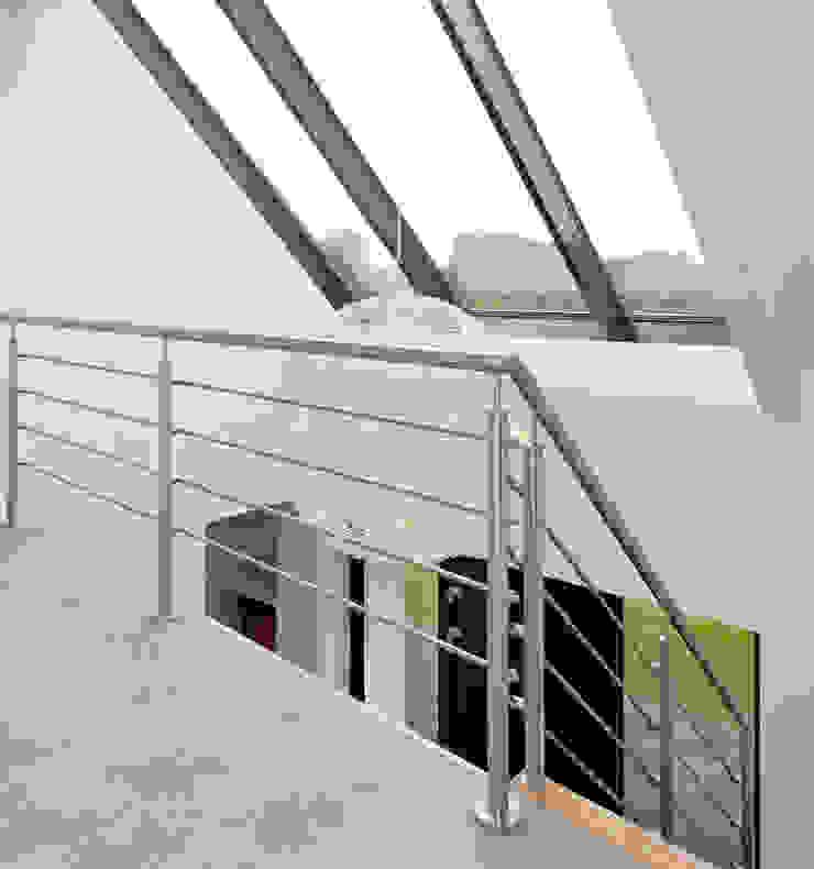 Overloop met vide en schuin dakkozijn Moderne gangen, hallen & trappenhuizen van Building Design Architectuur Modern