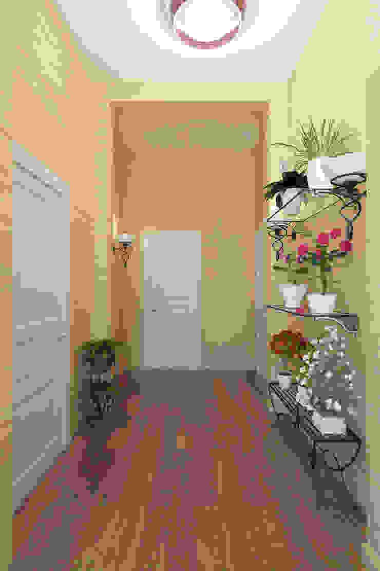 Pasillos, vestíbulos y escaleras de estilo clásico de Студия интерьера 'SENSE' Clásico