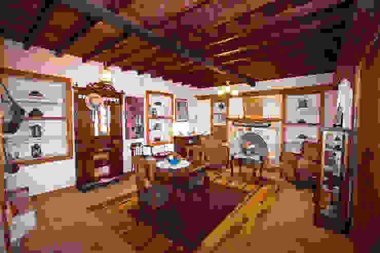 Salones de estilo  de Hoyran Wedre Country Houses,