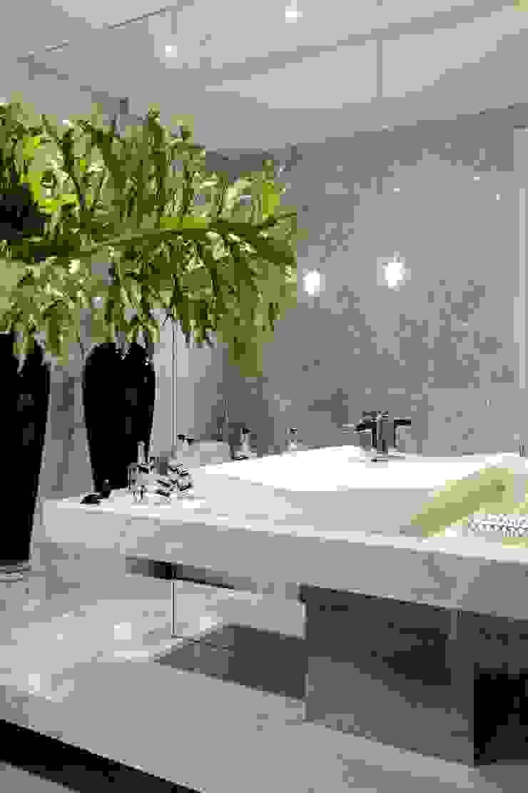 Modern bathroom by ROMERO DUARTE & ARQUITETOS Modern