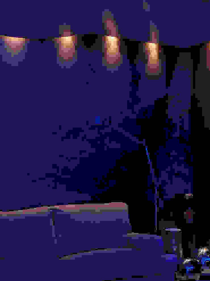 V. House… the movement captivating Pareti & Pavimenti in stile moderno di alessandromarchelli+designers AM+D studio Moderno