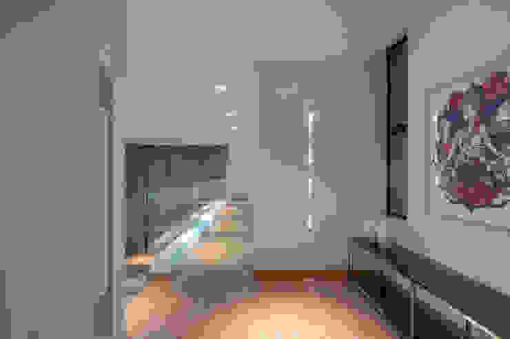 Couloir, entrée, escaliers modernes par ÓBVIO: escritório de arquitetura Moderne