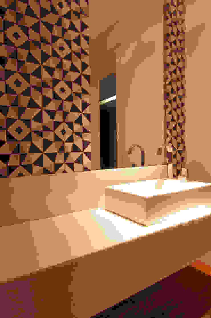 Salle de bain moderne par ÓBVIO: escritório de arquitetura Moderne