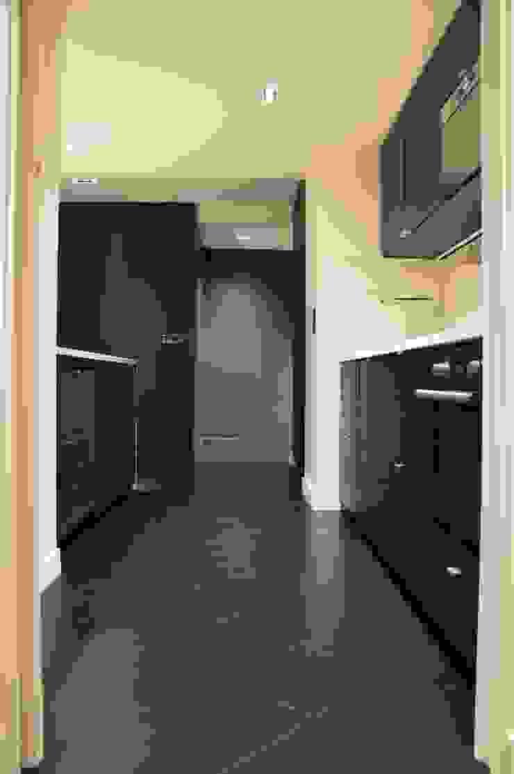 Cuisine ouverte tout en chêne teinté noir, sol et meuble, et quartz aspect marbre blanc Cuisine moderne par Agence MIND Moderne