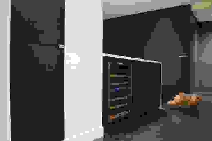 Cuisine en chêne noir teinté et quartz blanc aspect marbre Cuisine moderne par Agence MIND Moderne
