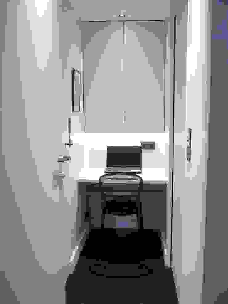 Un petit coin bureau au calme, dans une alcôve de l'appartement Bureau moderne par Agence MIND Moderne